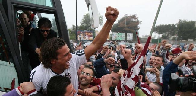 La Salernitana festeggiata dai tifosi a Salerno dopo la vittoria con il Potenza