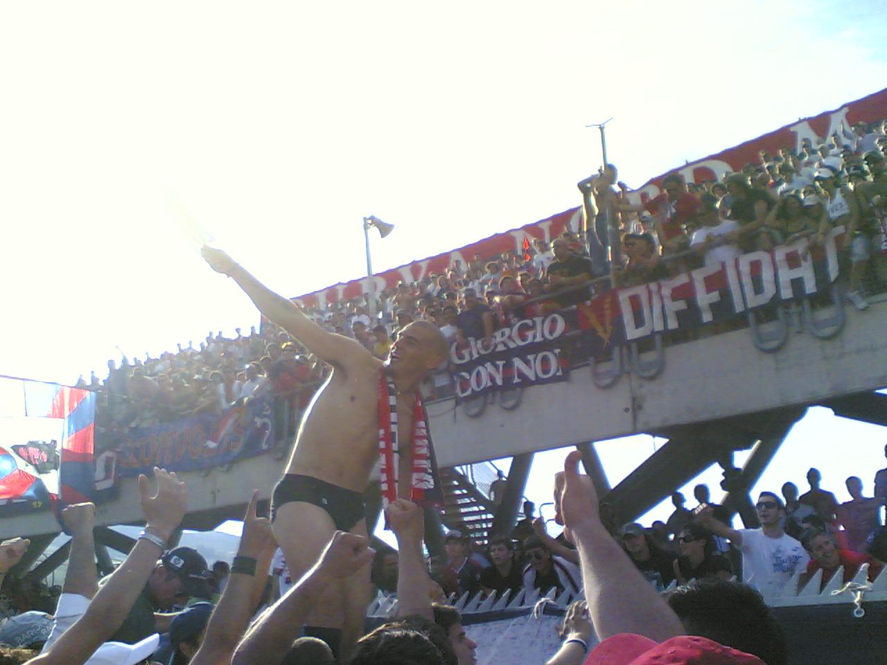 Macaluso festeggia con i tifosi la miracolosa salvezza della Samb nel 2006