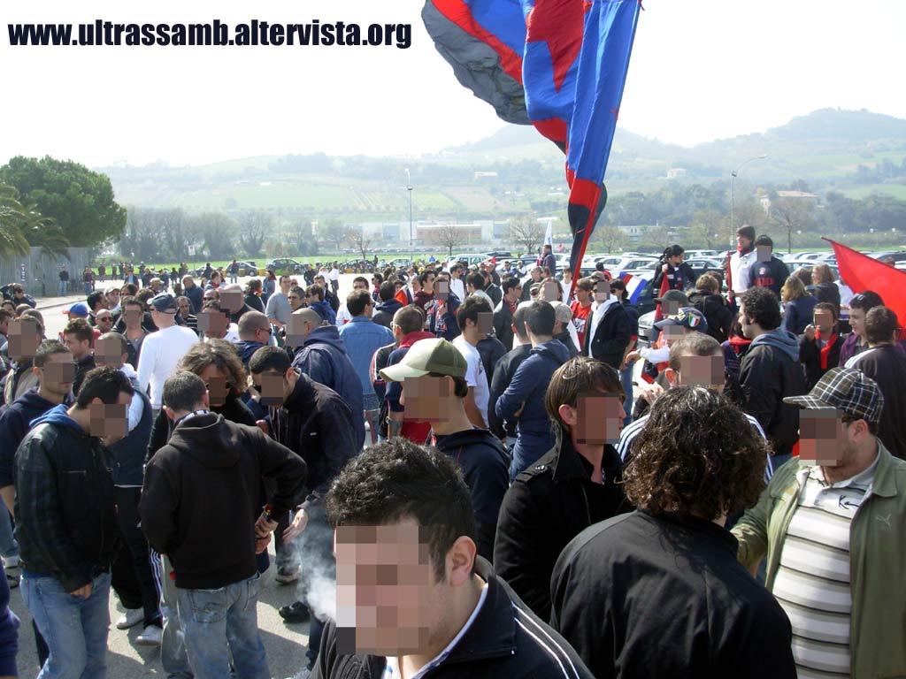 Samb - Cremonese 0-1 Gli ultras Samb nel piazzale antistante la Curva Nord Massimo Cioffi