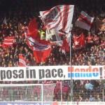La curva dei tifosi del Friburgo ricorda Nando
