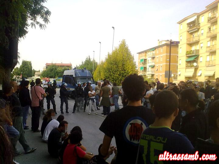 Ultras Samb in sit-in all'ingresso dello stadio Helvia Recina di Macerata